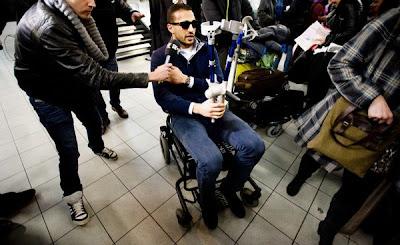 Badr Hari in rolstoel op Schiphol