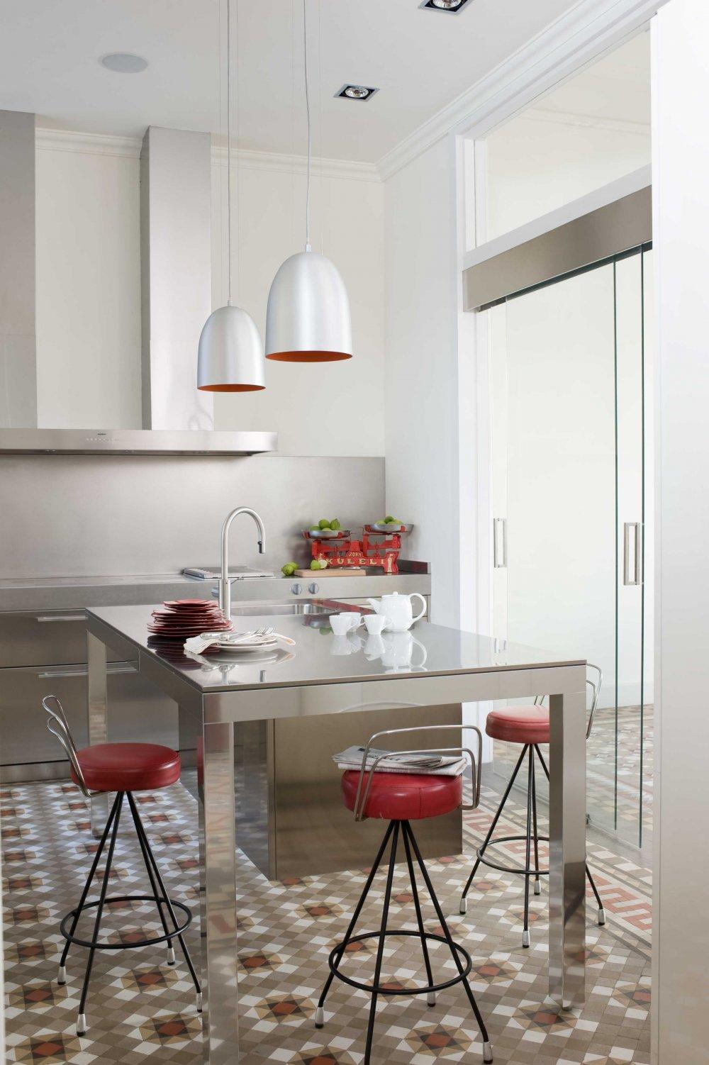 Living in designland interior cocina acero en entorno modernista - Azulejos antiguos para cocina ...