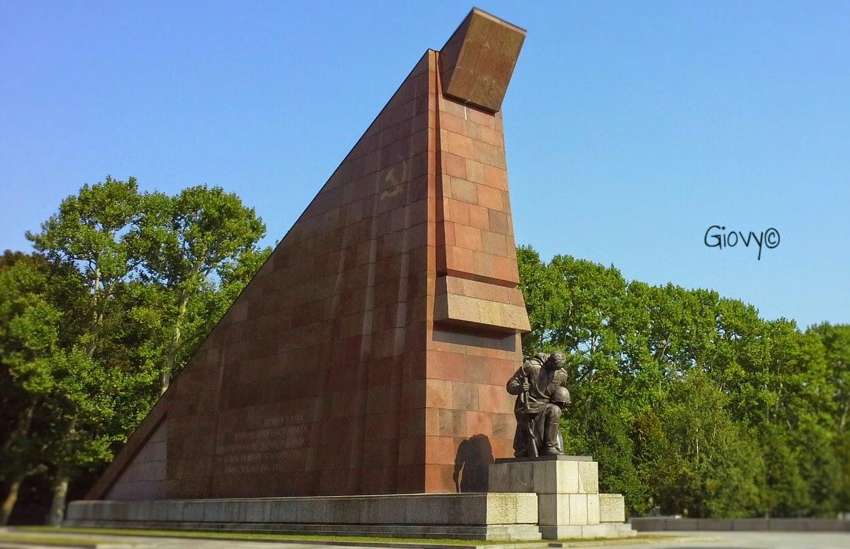 Visitare il memoriale sovietico a Treptower Park Berlino