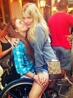 mulher paraplegica cadeirante