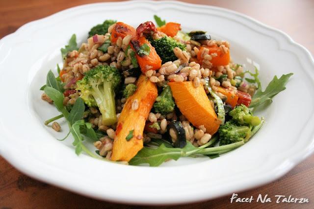 Sałatka z brokuła, dyni i kaszy jęczmiennej