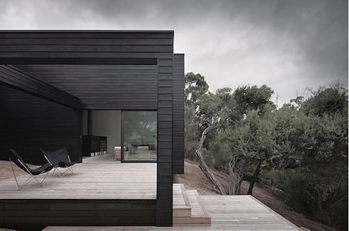 Casa elegante con fachada negra todo sobre fachadas for Imagenes de casas modernas negras