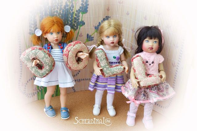 подушки буквы и куклы в интерьере