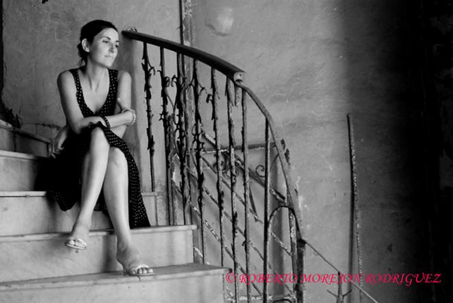 Noelia, retrato en un viejo edificio del Malecón, en La Habana, Cuba