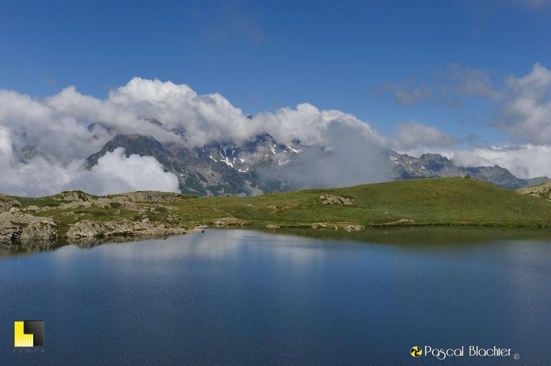 montagne dans les nuages au dessus du lac besson photo pascal blachier