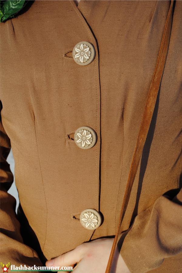 Flashback Summer: 40s Fashion Calendar - Vintage Flower Brooch, suit