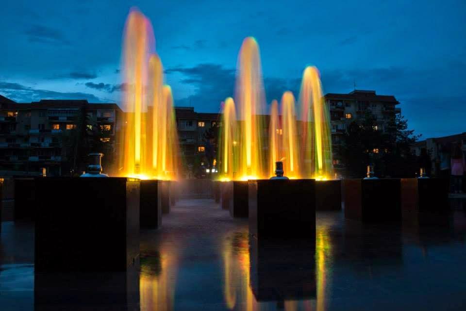 Sepsiszentgyörgy, szökőkút, Mihai Viteazul-tér, Vitéz Mihály-tér, meztelenkedés, közszemérem megsértése,