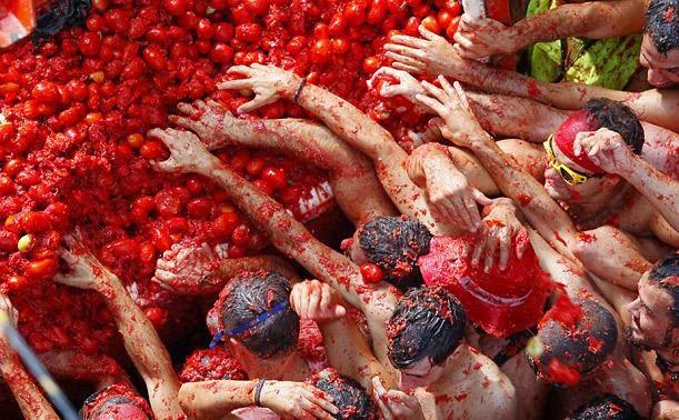 فيديو .. 125 طنا من الطماطم في خدمة أكبر معركة للطماطم في إسبانيا