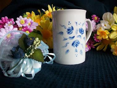 Bomboniera: tazza decorata con fioriellini blu tazza 10€