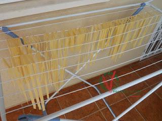 Colgar los hilos de pasta para secar un poco.