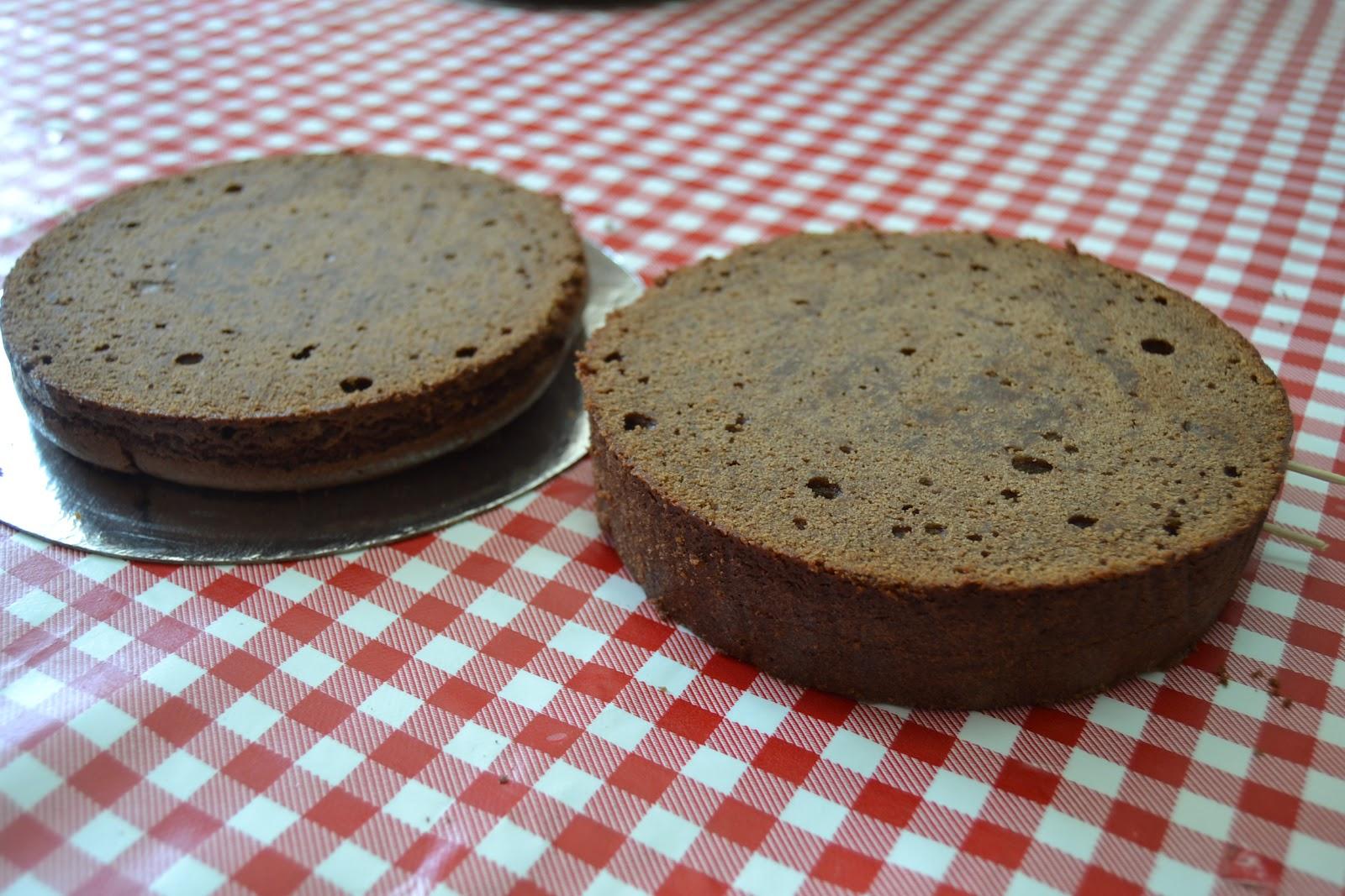 Resultado de imagen para cortar el bizcocho de chocolate en dos