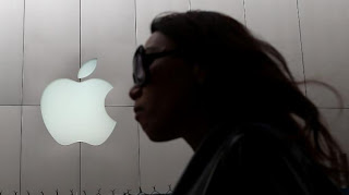 Une femme passe devant un magasin Apple à San Francisco (Californie), le 10 juillet 2013.