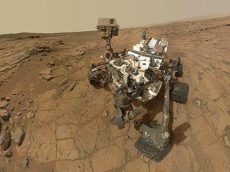 Ένα φυλλάδιο από τη NASA δείχνει στον Άρη το ρομπότ Curiosity.