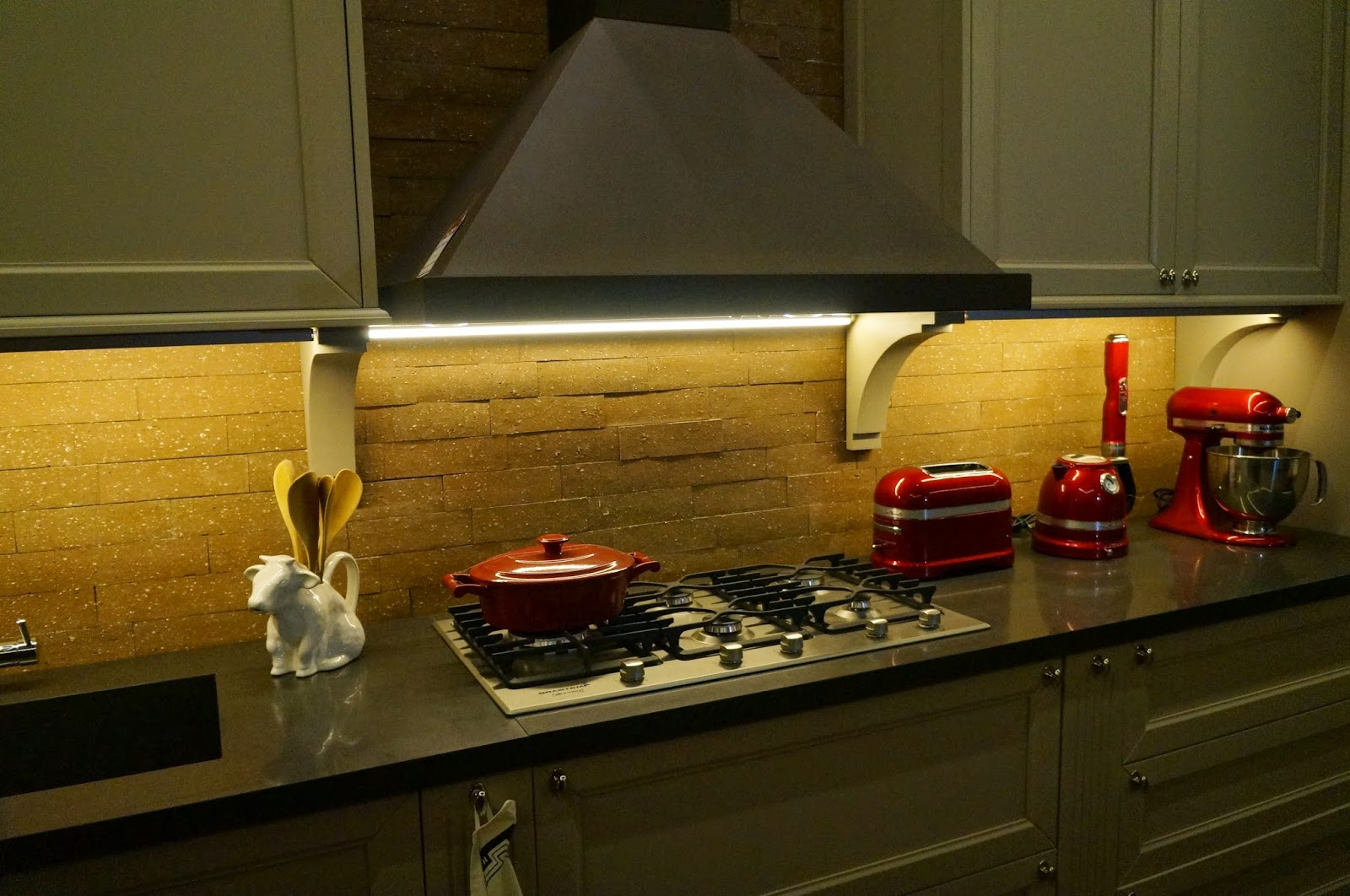 """Ambiente """"Cozinha e lavanderia"""" - projeto Adriana Giacometti.  tijolos aparentes na parede - Casa Cor SP 2014"""