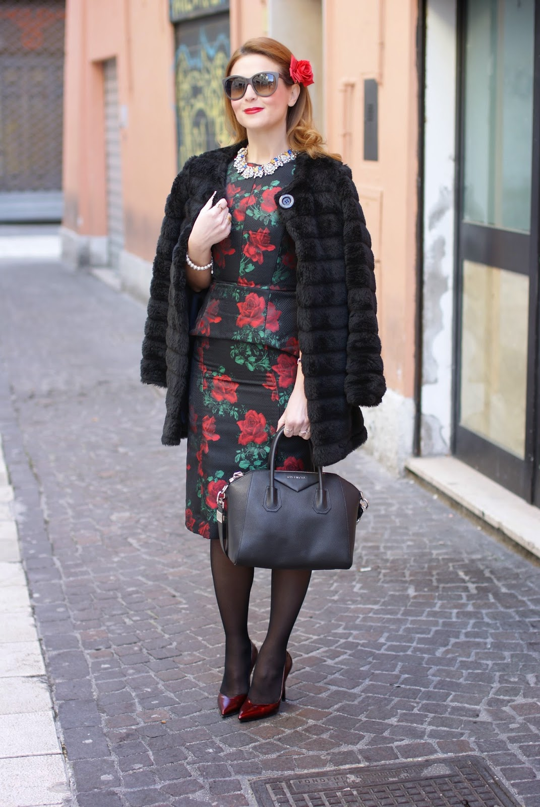 Asos rose print peplum dress in a 40s vintage style worn with a black faux fur and Givenchy Antigona bag and looking like a Dolce & Gabbana dress on Fashion and Cookies fashion blog