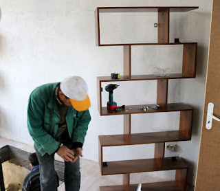 Bookshelf gets fitted to the wall