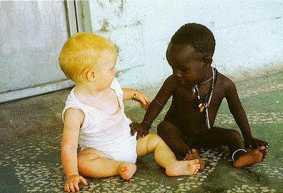 Niño rubio y niño negro