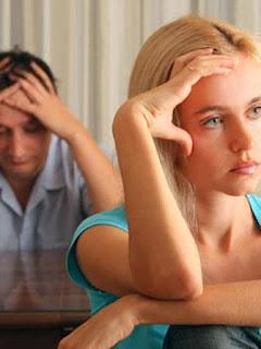 بعض الكذبات الشائعة التي يقولها الأزواج لزوجاتهم - زواج فاشل رجل امرأة حزينون - sad man woman bad couple