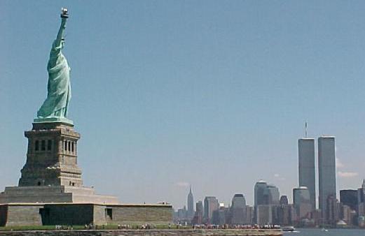 Deus da Terra de frente para as duas testemunhas, Estatua da Liberdade e torres gemeas do WTC