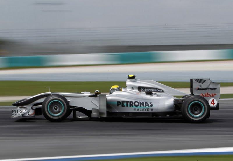Cars world mercedes petronas f1 for Mercedes benz petronas