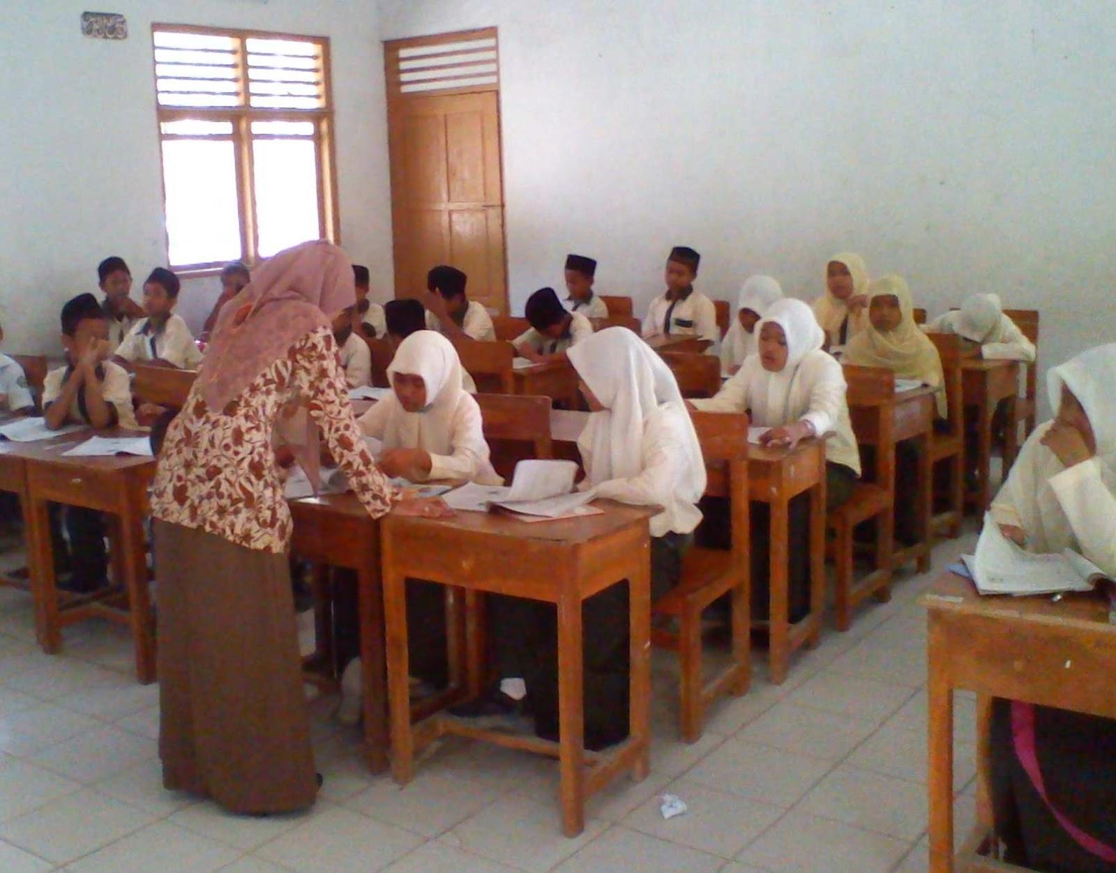gambar Ibu guru sedang mengajar muridnya di kelas