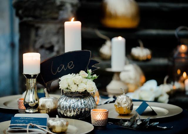 Złote ozdoby na stołach weselnych
