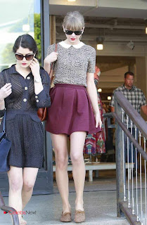 Taylor Swift Pictures in  Skirt Shopping With Friends In Beverly Hills  0004