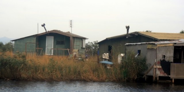 Στο Δέλτα του Έβρου, η νομιμότητα εξαντλείται στις καλύβες κυνηγών και ψαράδων...