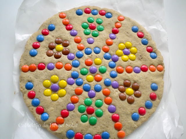 Cookie gigante com confeitos de chocolate