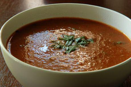 Stap voor stap tomatensoep recept van jeroen meus met ui, wortel, dragin, kip, tomatenpuree en tomaten uit blik