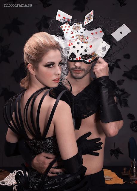 máscara masculina realizada con baraja de cartas