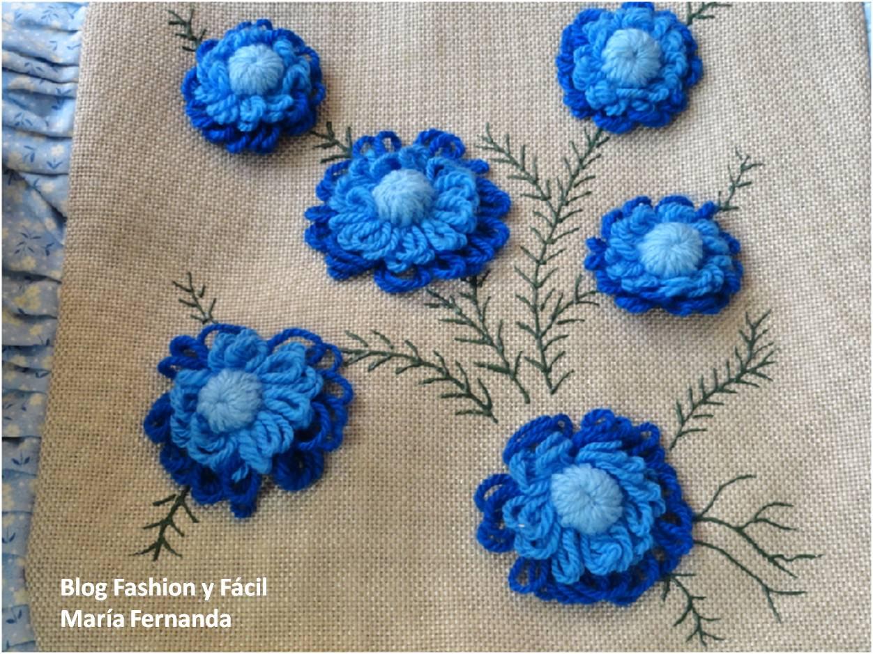 Combina tejido, bordado con telas de punto de cruz (Aida) y tela de