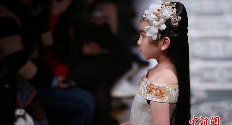 Gadis Cilik 9 Tahun Tampil di Paris Fashion Week