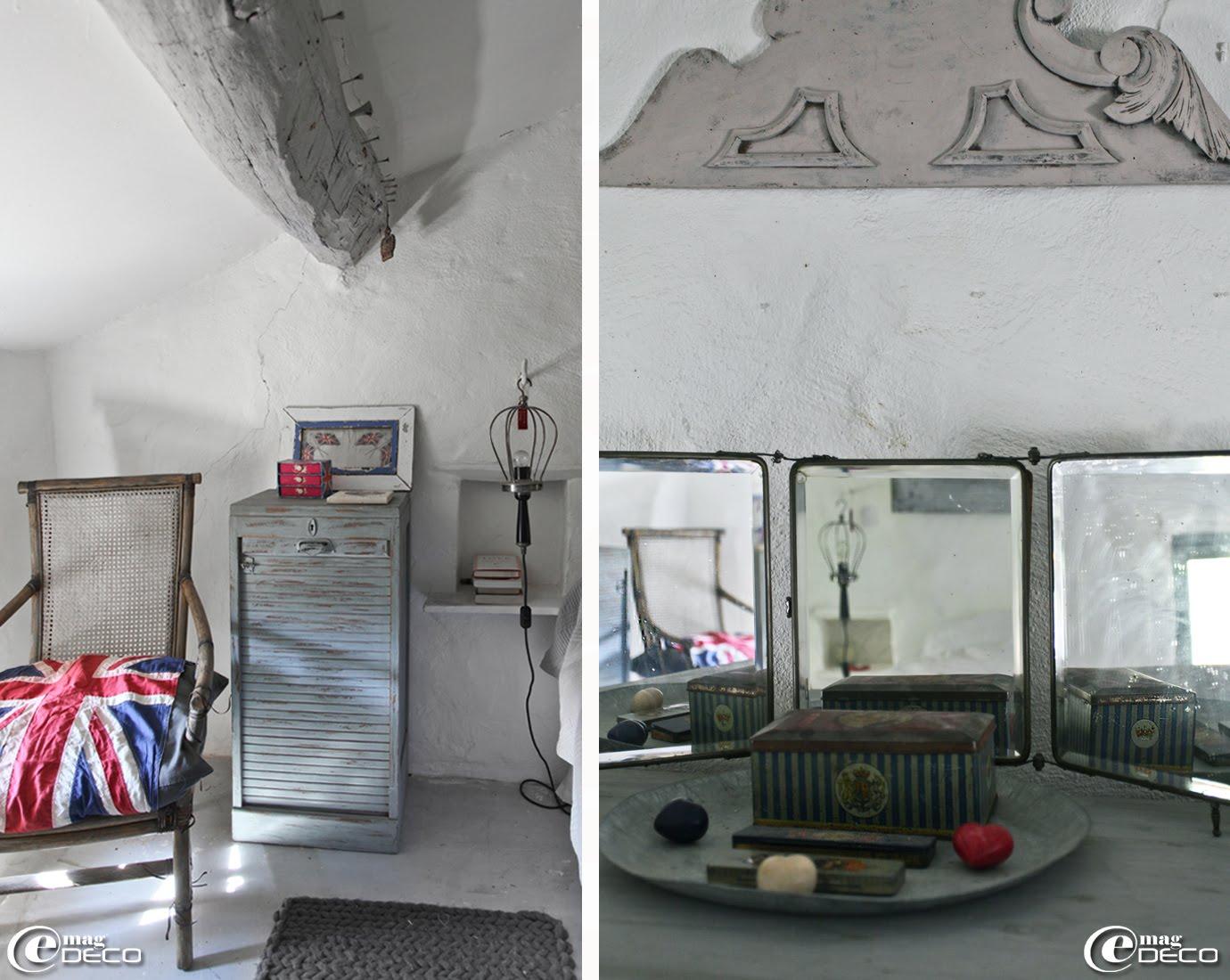 Une niche munie d'une tablette saillante et surmontée d'une baladeuse suspendue à un crochet fait office de table de chevet
