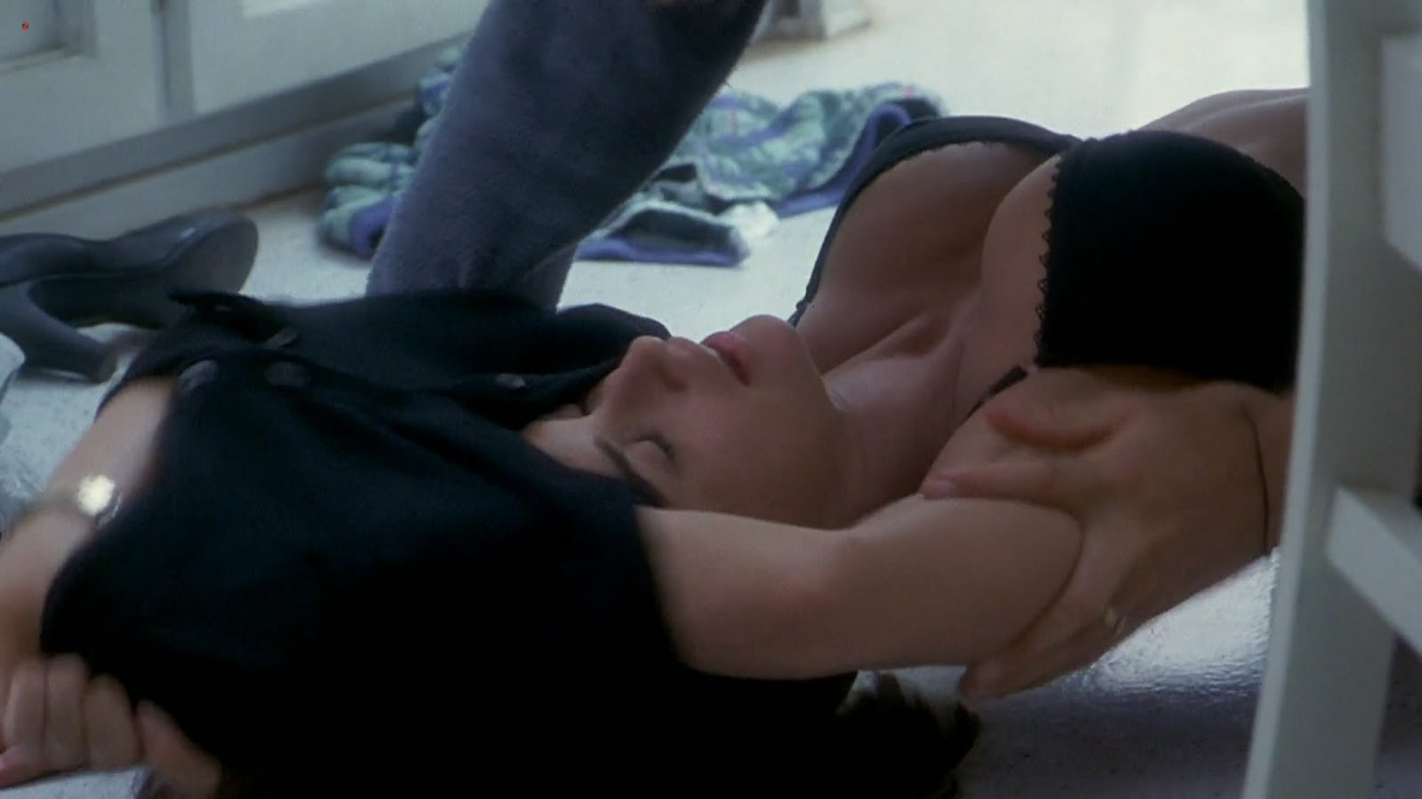 DEMI MOORE BIG BOOBS  BLACK BRA