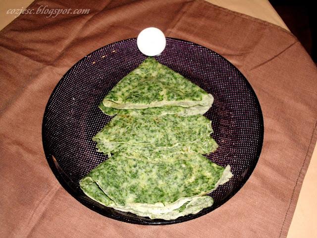 Naleśnik w kształcie choinki z bitą śmietaną, danie na słodko, naleśnik słodki