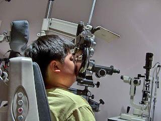 Pemeriksaan mata minus menggunakan alat optik kedokteran