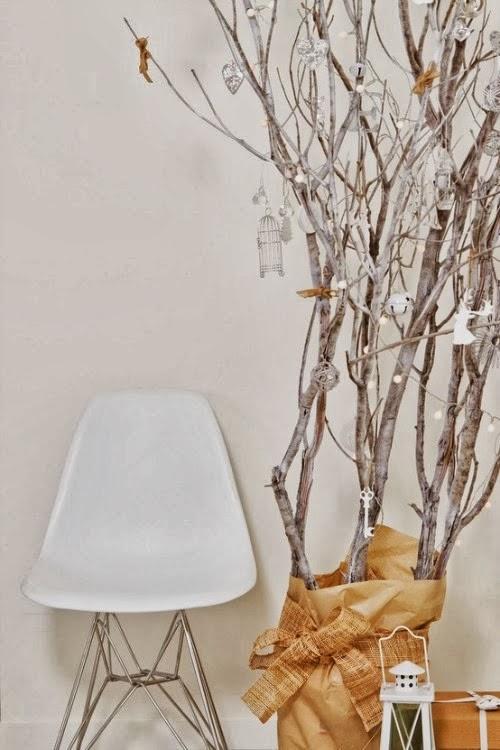 елка икибана из старых веток и красок