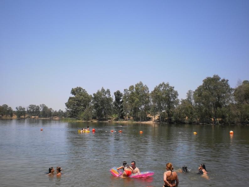 Pessoas a tomar banho nas águas quentes da Albufeira