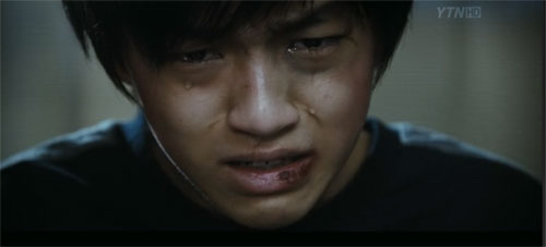 Baek Seung Hwan as the bloodied Min Soo shed anguished tears as he recounts the crimes against him.