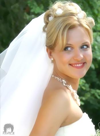Stars coupes des cheveux Coiffure de mariage  belle coiffure accessoirisé avec  voile et des fleurs