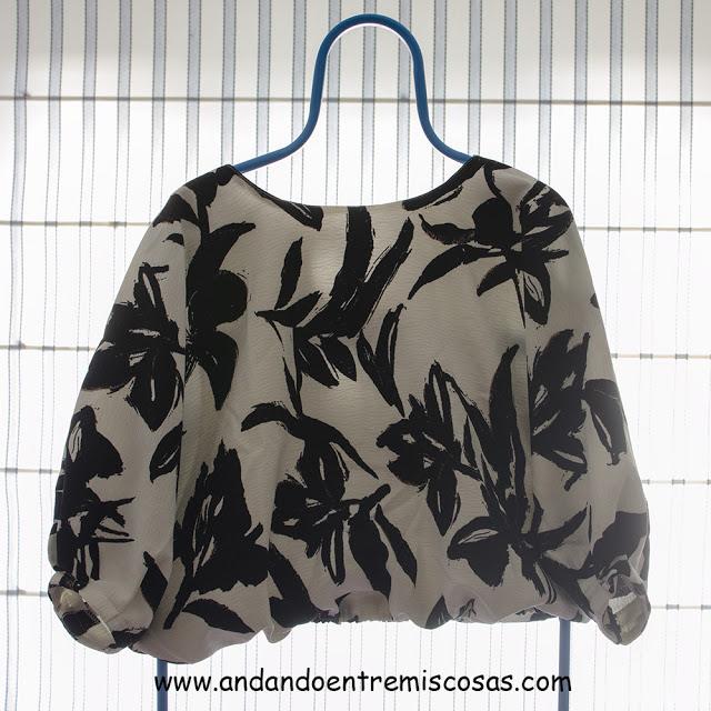 Blusa con estampado de hojas