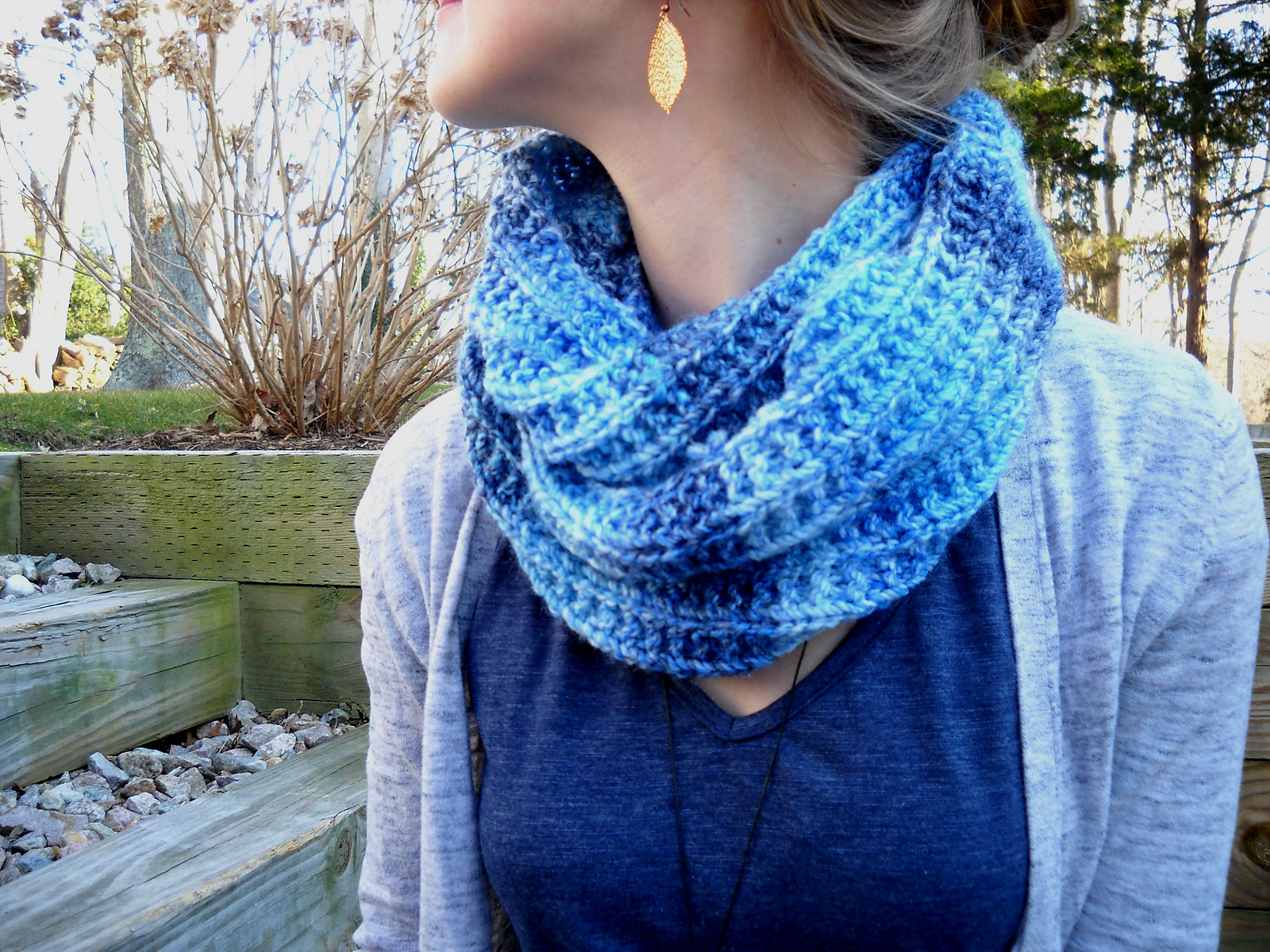 Infinity Scarf Knitting Pattern Thin Yarn : wiseknits: Blues Infinity Scarf - Free Pattern!