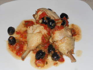 ... pollo alle olive con capperi sotto aceto e pomodoro da leccarsi anche le dita ..