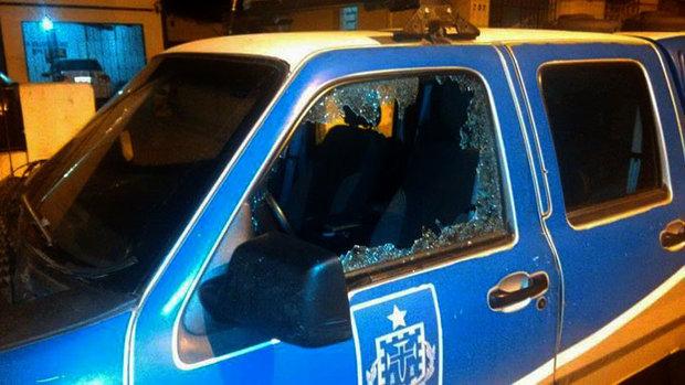 O grupo metralhou a fachada da delegacia, uma viatura da Civil e ainda fez dois moradores reféns (Foto: Bahianamidia.com)