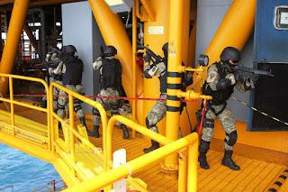 Kopaska Selamatkan Platform Rig Offshore dari Teroris