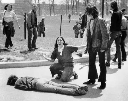 Trong vụ xả súng tại ĐH Kent State năm 1970, một người bạn của nạn nhân kêu khóc gọi sự giúp đỡ