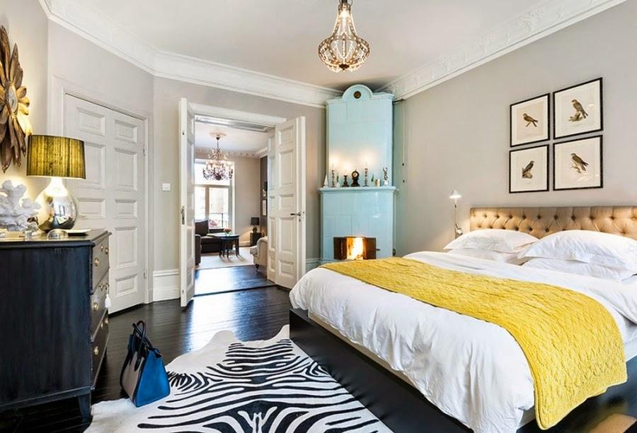 sypialnia, łóżko, łoże, czarna komoda, piec kaflowy, lampka