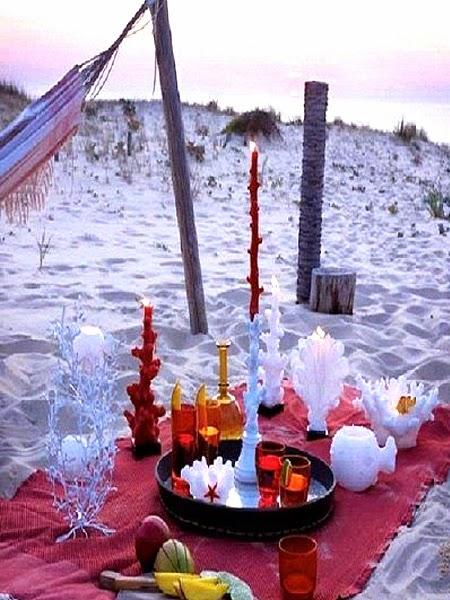 czarna taca z kieliszkami na plazy