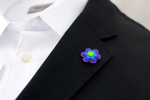 Kwiatek z filcu wpinany na szpilkę